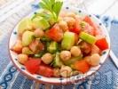 Рецепта Лесна салата с нахут от консерва, домати, краставици и зелени чушки